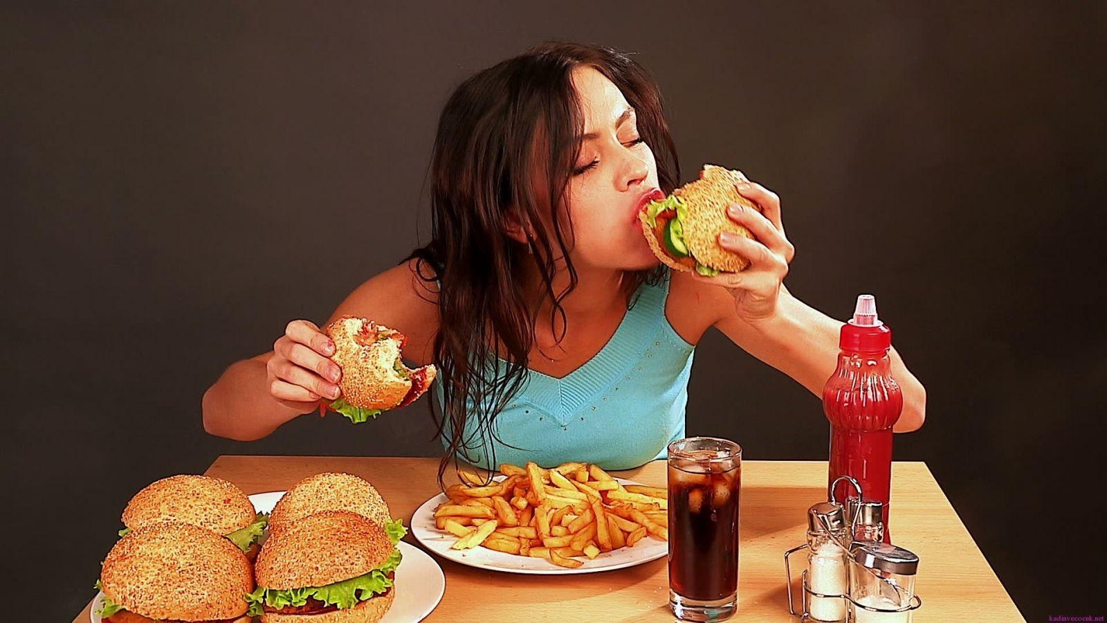 Uống không đủ nước dễ gây thèm ăn, giảm cân kém hiệu quả.