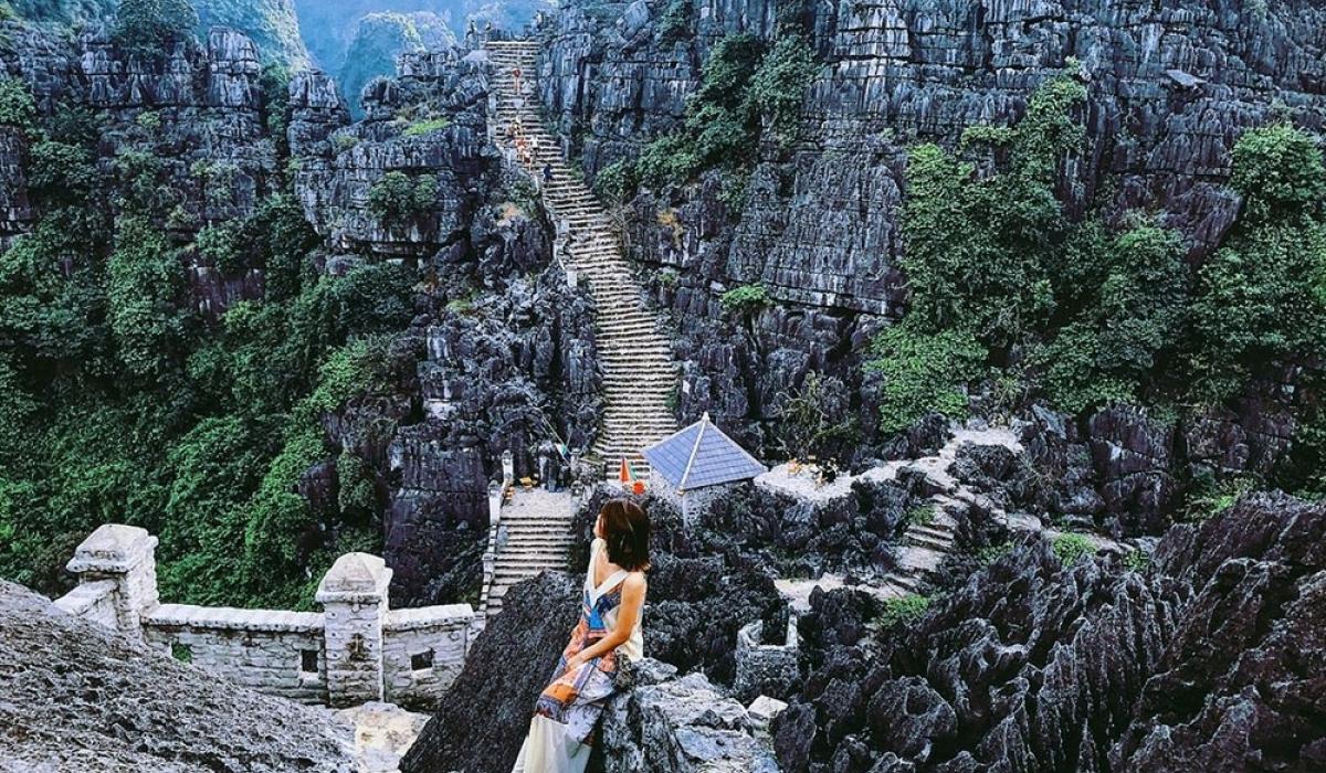 Hơn 400 bậc thang rêu phong dẫn lên đỉnh núi Múa
