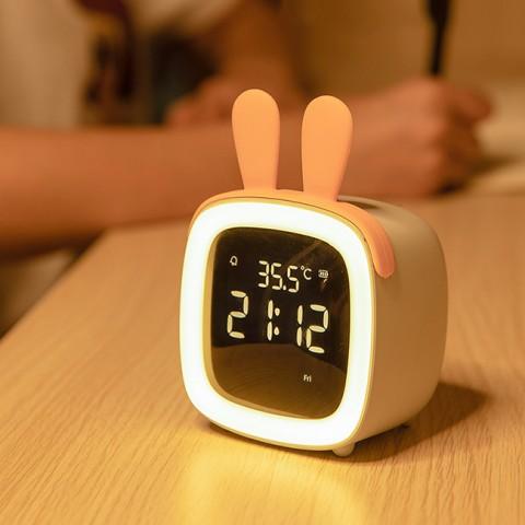 nếu thường xuyên bị đánh thức bởi tiếng đồng hồ bên cạnh giường ngủ. Bạn sẽ gây ra căng thẳng mãn tính theo thời gian.