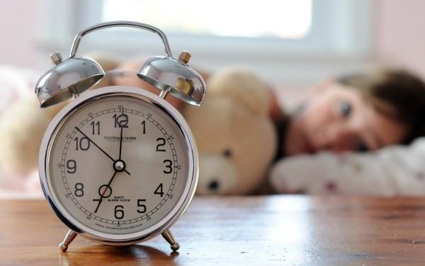 Nếu không muốn sức khỏe suy giảm, đừng để 5 thứ này gần đầu giường