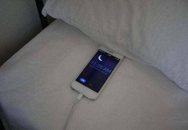 Nếu xem điện thoại trong bóng tối, nó còn có thể gây ra bệnh tăng nhãn áp.