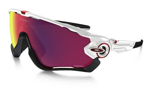 Kính râm - Dụng cụ thể thao giúp bảo vệ mắt khỏi chấn thương.